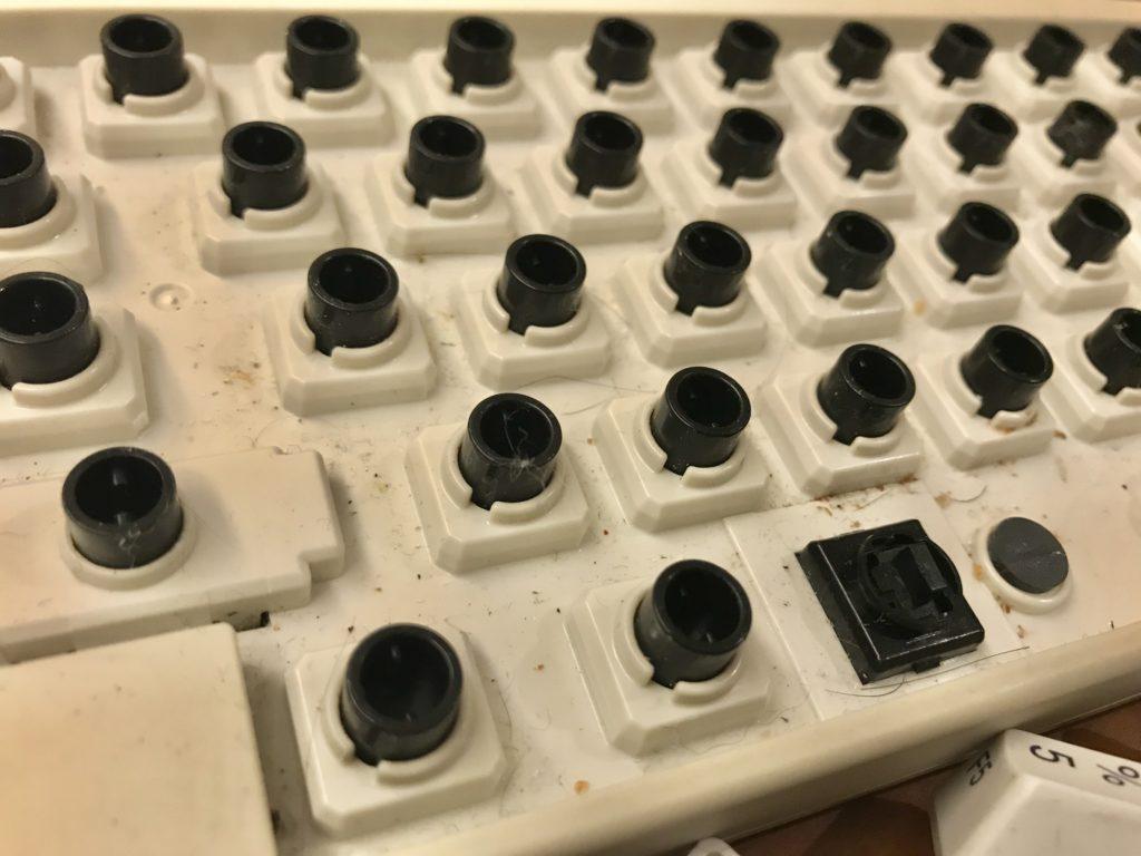 キーキャップを外したキーボードの汚れやゴミ