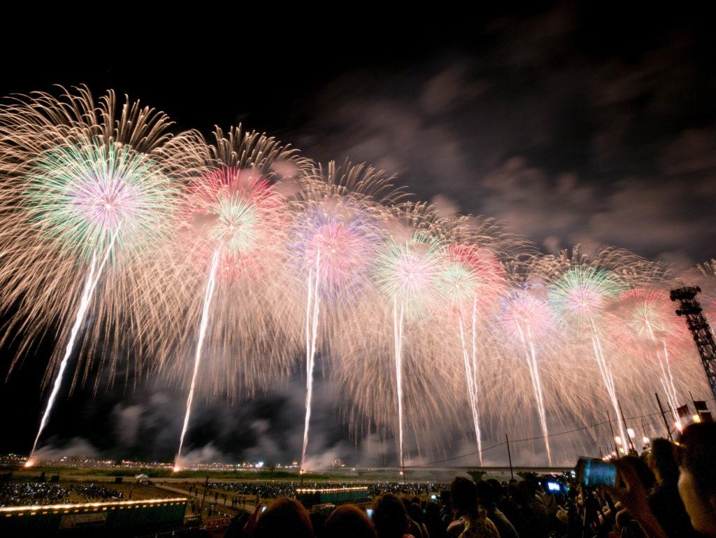 長岡花火大会の右岸ベンチ席から見たフェニックス花火
